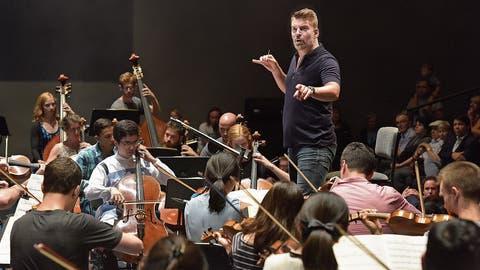 Matthias Pintscher dirigiert Academy-Musiker in einem «40min». (Bild: Peter Fischli/LF, 28. August 2018)