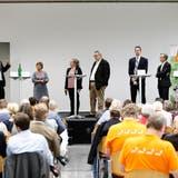 Die Podiumsteilnehmer im Burgbachsaal v.l.n.r.: Rupan Sivaganesan (SP), Vroni Straub (CSP), Andrea Muff (Zuger Zeitung, Moderation), Harry Ziegler (Zuger Zeitung, Moderation), Urs Raschle (CVP), Karl Kobelt (FDP) und André Wicki (SVP). (Bild: Stefan Kaiser (Zug, 04. September 2018))