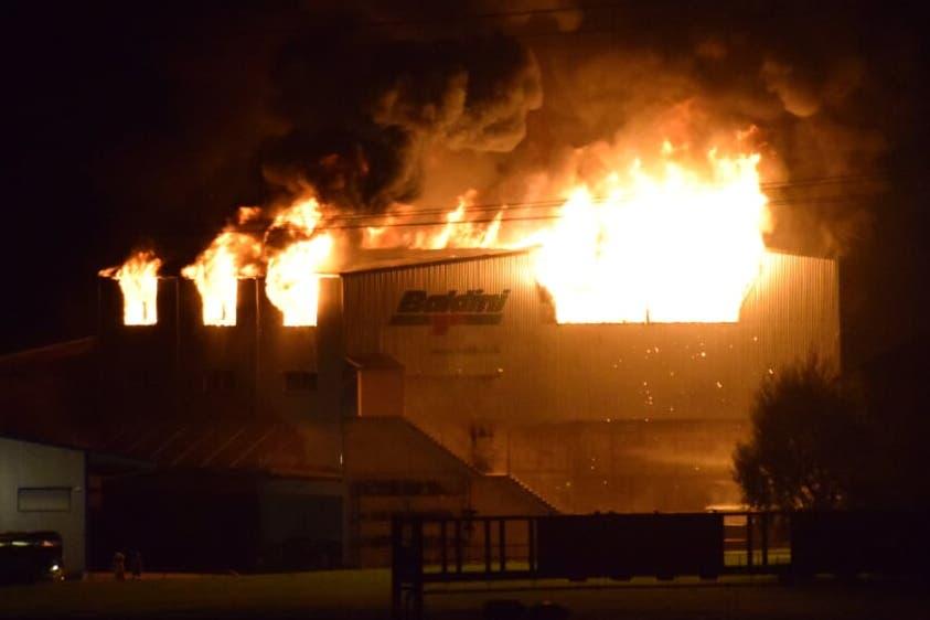Die Recycling-Halle der Paul Baldini AG in Altdorf brennt. (Bild: Leserreporter)