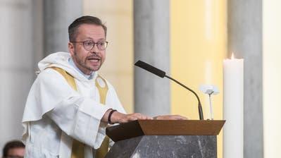 Der neue Vikar Uwe Vielhaber(52) in der Kirche der Pfarrei St. Maria in Emmenbrücke. (Bild: Boris Bürgisser, 26. August 2018)