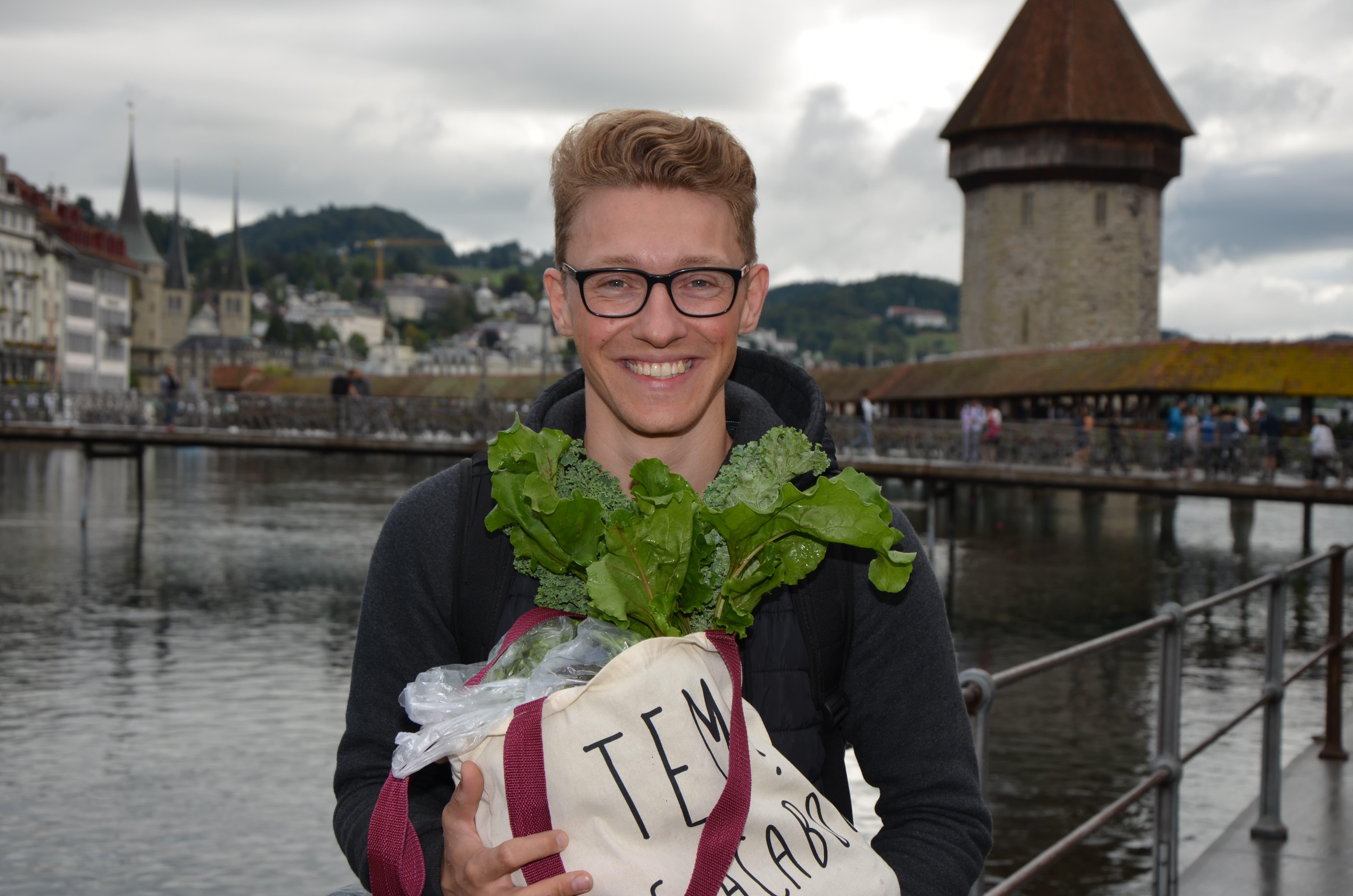 Kevin Kuhn, Luzern: In meiner Freizeit koche ich sehr gerne, daher freue ich mich auf das frisch geerntete Gemüse. Randen finde ich besonders fein. Im Ofen lässt sich jedes Gemüse schnell und einfach zubereiten. Wenn die Tage wieder länger und kälter werden, arbeite ich abends meist länger. Doch das macht mir nichts aus. (Bild: Antonio Russo)