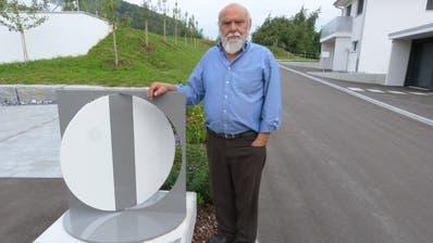 Architekt Marco Heider beim Denkmal an der Pfisterwiesstrasse 9, das an das Schützenhaus erinnert. (Bild: Kurt Lichtensteiger)