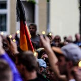 Protestierende in Köthen. (Bild: EPA/ALEXANDER BECHER)