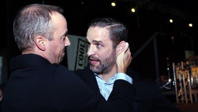 Josh Holden (rechts) mit dem EVZ-Geschäftsführer Patrick Lengwiler. (Bild: Werner Schelbert (Zug, 8. September 2018))