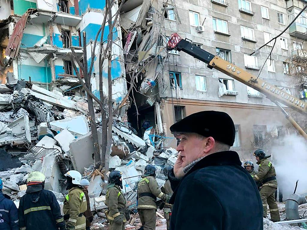 Unter den Trümmern des von einer Gasexplosion betroffenen Gebäudes in Russland finden Rettungsmannschaften immer mehr Todesopfer. (Bild: KEYSTONE/AP Chelyabinsk Region Governor Press Service)