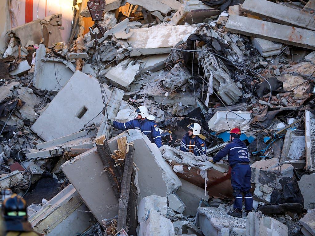 Ein Gebäude in Russland ist nach einer Gasexplosion wie ein Kartenhaus in sich zusammengefallen. (Bild: KEYSTONE/AP/MAXIM SHMAKOV)