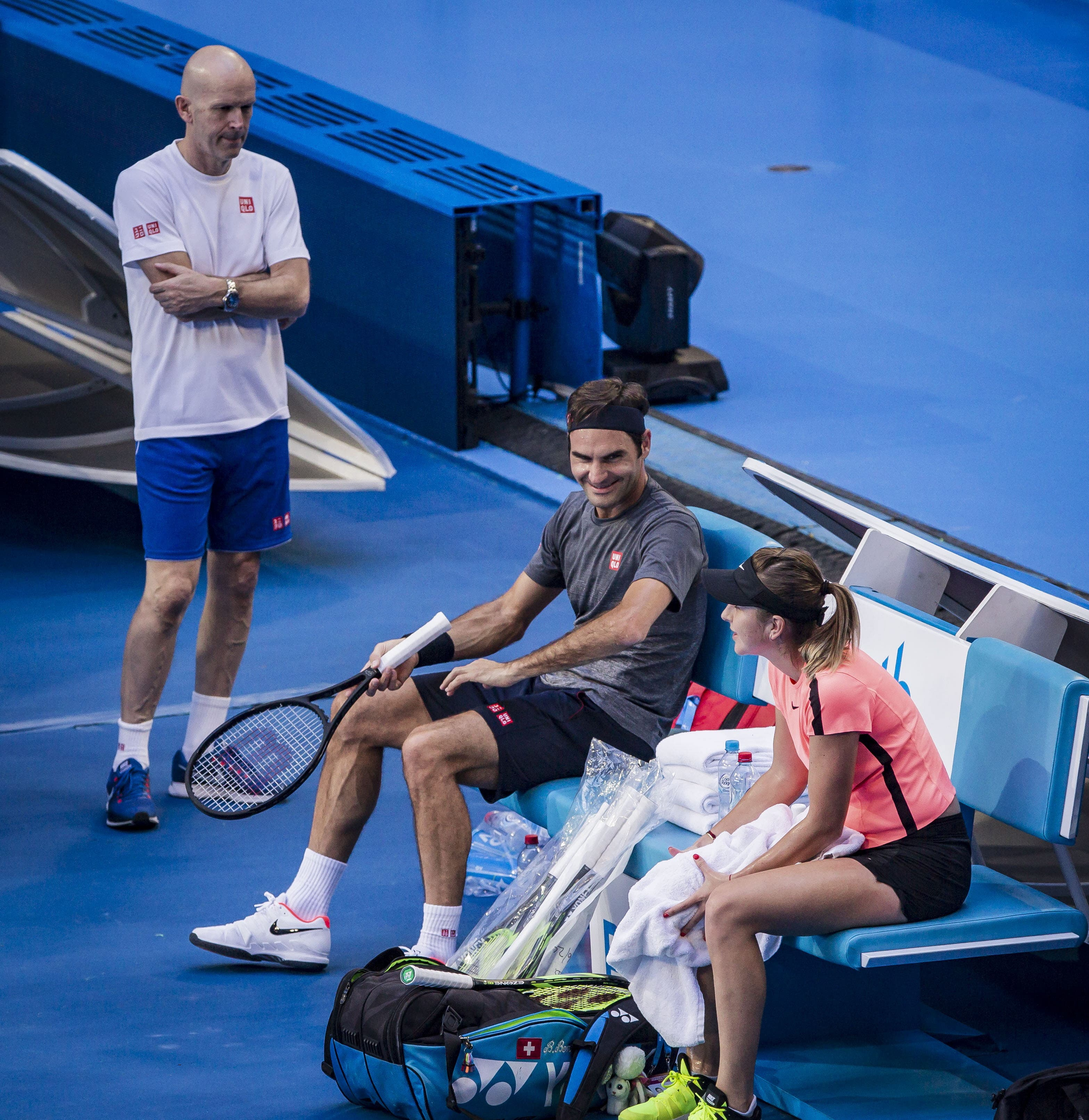 Roger Federer im Gespräch mit Belinda Bencic auf der Bank. Bild: EPA/TONY MCDONOUGH