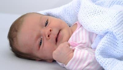 Cornelia Birkner, Fachfrau Gesundheit, kümmert sich um Melina Lea welche am 28. Dezember 2015 geboren wurde. Zunehmende Geburtenrate im Kanton Luzern im Jahr 2015.