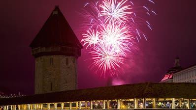 Tausende verfolgen Neujahrsfeuerwerk rund um das Seebecken in Luzern
