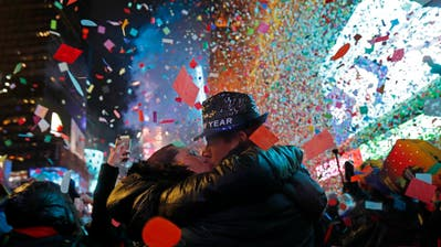 Konfettiregen am Times Square in New York. (Bild: AP Photo/Adam Hunger)