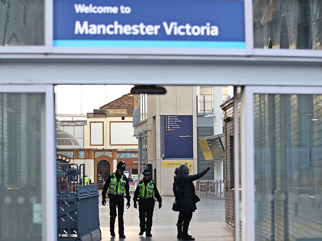 Grosses Polizeiaufgebot am Victoria-Bahnhof in Manchester. (Bild: KEYSTONE/EPA/NIGEL RODDIS)