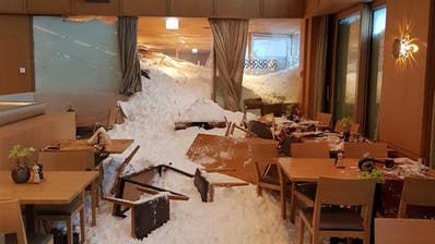 Schneemassen sind ins Restaurant beim Hotel auf der Schwägalp eingedrungen. (Leserbild)