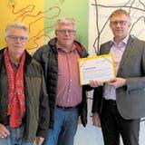 Oswald Iten (links) und Thomas Hess (Mitte) übergaben Gemeindeschreiber Peter Lüönd die Petition. (Bild: Christopher Gilb (Unterägeri, 10. Januar 2018))