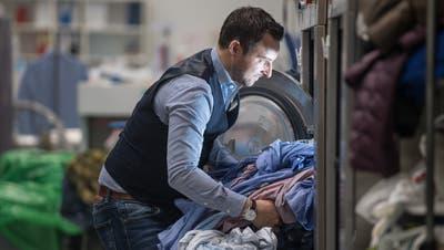 Patrick Meier in der Wäscherei seines Unternehmens Texpress in Büron. (Bild: Nadia Schärli (8. Januar 2019))