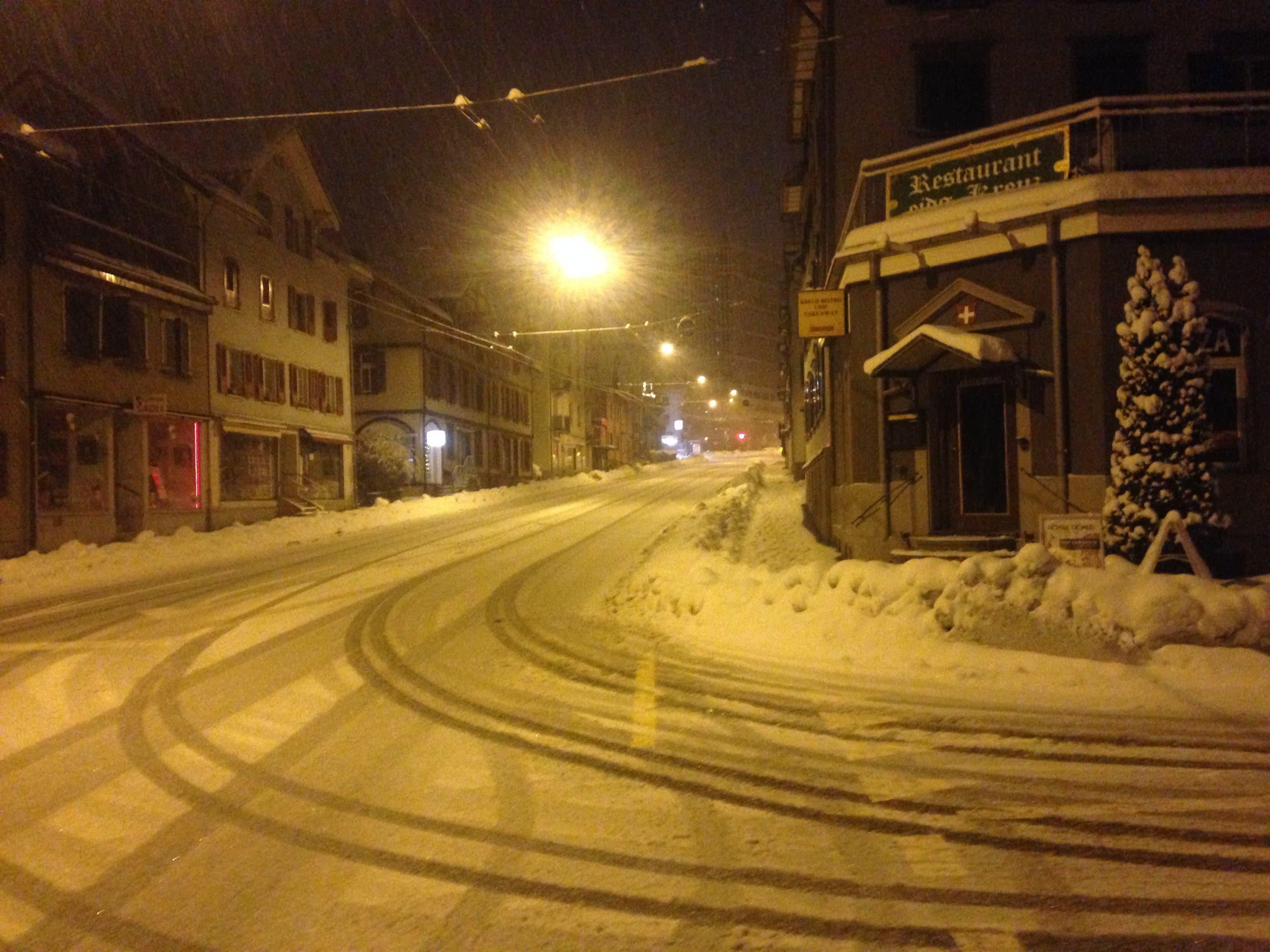 ...und auf der Zürcher Strasse in der Lachen setzt der Schnee langsam an. (Bilder: Reto Voneschen - 10. Januar 2019)