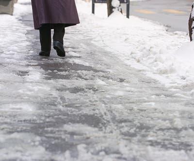 Schneebedeckte Gehwege können für Blinde problematisch sein. (Symbolbild: Gaetan Bally/Keystone (Zürich, 28. Januar 2002))