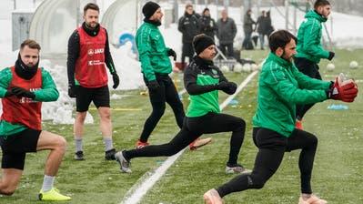 Training nach der Winterpause:Roman Buess (vorne links), Andreas Wittwer, Alain WissundTorhüter Daniel Lopar (vorne rechts). (Bild:Andy Mueller/freshfocus)