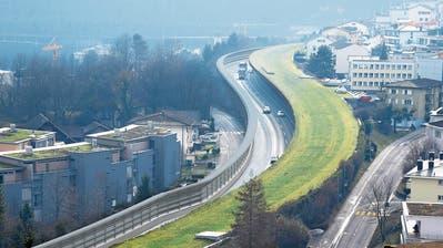 So wird künftig die Lärmschutzwand entlang der A 2 in Hergiswil aussehen. (Bild: Visualisierung Mathys Partner)