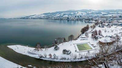 Teilweise liegt auf den Bergen und Hügeln im Hintergrund aktuell mehr Schnee, als zum selben Zeitpunkt im Hochwasserjahr 1999. (Bild: Tino Dietsche)