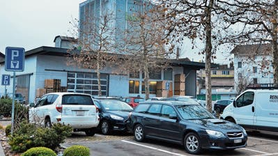 Der heutige Parkplatz auf dem Marktplatzareal soll verschwinden. (Bild: Markus von Rotz (Sarnen, 8. November 2017))