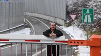 Felix Müri vor der Autobahneinfahrt Emmen Nord Richtung Basel. Bild: Nadia Schärli (11.Januar 2018)