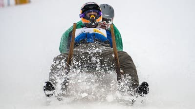 Brausten mit vollem Tempo durch den Neuschnee: Teilnehmer amHorämänelrennen. (Bild: Eveline Beerkircher, Sattel-Hochstuckli, 12. Januar 2019)