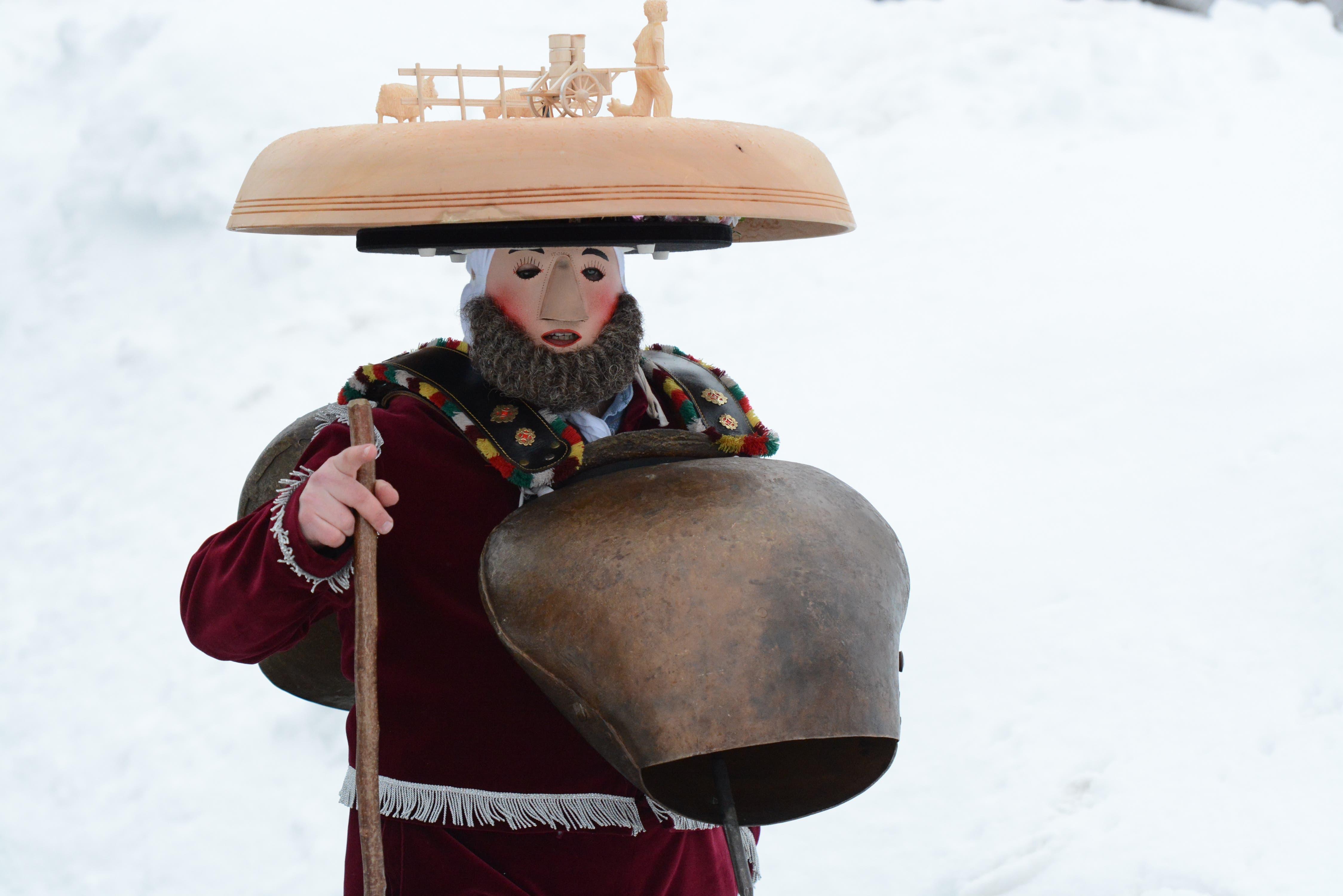 """""""E guets Neus"""" wünscht dieser Silvesterchlaus des Waisenhausschuppels in Urnäsch."""