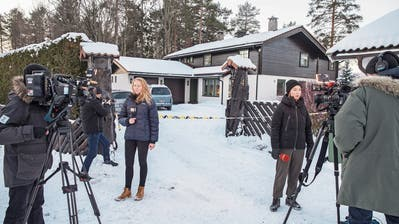 Norwegische Medien berichten vor dem Wohnsitz der Entführten nahe der Hauptstadt Oslo. Bild: Ole Berg-Rusten/EPA (Fjellhamar, 9. Januar 2019)
