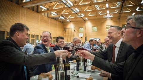 Ein Abend unter Männern. In der Mehrzweckhalle Weitsicht in Märstetten fand der traditionelle Hiläri statt. Ehrengast Regierungsrat Walter Schönholzer stösst mit Bürgerpräsident Adrian Heer (beide links) an.