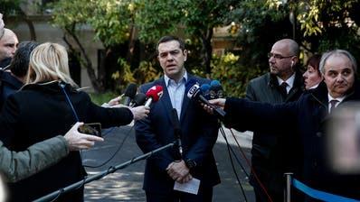 Griechenlands Premierminister Alexis Tsipras steht der Presse Red und Antwort nach dem Rücktritt von Verteidigungsminister Panos Kammenos. (Bild:Yorgos Karahalis/AP (Athen, 13. Januar 2019)