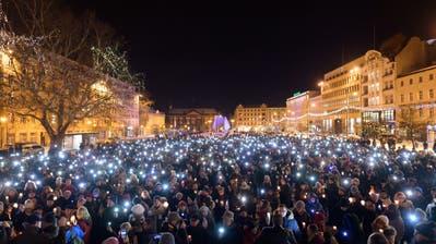 In mehreren polnischen Städten kam es am Montag wegen des Attentats zu Solidaritätskundgebungen. Bild: Jakub Kaczmarczyk/EPA (Posen, 14. Januar 2019)
