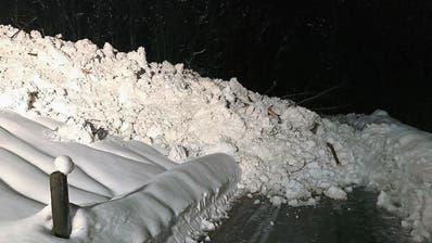 Lawine verschüttet Bergstrasse in Frümsen