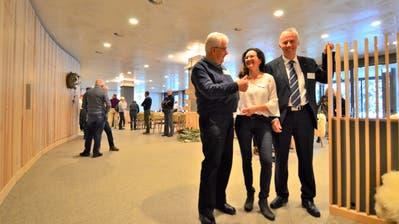 Unter Genossenschaftspräsident Hansjörg Binder ist das Projekt gestartet worden, sein Nachfolger Gallus Hasler hat es zu Ende gebracht. Heimleiterin Marlene Schadegg freut's. (Bild: Max Eichenberger)