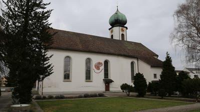 Kirchengänger müssen draussen bleiben: Der Zutritt zur katholischen Kirche Steinach ist aus Sicherheitsgründen verboten. (Bild: Martin Rechsteiner)