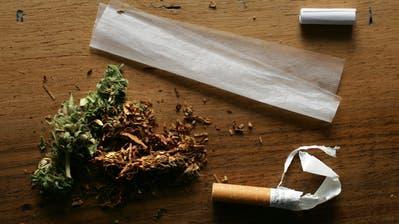 Die Zutaten für einen Joint: Hanf,Tabak, Zigarettenpapier und ein Filter. (Bild: Alessandro Della Bella/KEY)