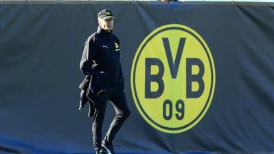 09.01.2019; Marbella; Fussball Bundesliga - Trainingslager Borussia Dortmund;Trainer Lucien Favre (Dortmund) vor dem BVB-Logo(Mario Hommes/Eibner-Pressefoto/EXPA/freshfocus)--------------------------------------------------------------------- ACHTUNG REDAKTIONEN: KEINE ABONNEMENTS, ES GELTEN DIE PREISEMPFEHLUNGEN DES SAB - MANDATORY CREDIT, EDITORIAL USE ONLY, NO SALES, NO ARCHIVES ---------------------------------------------------------------------