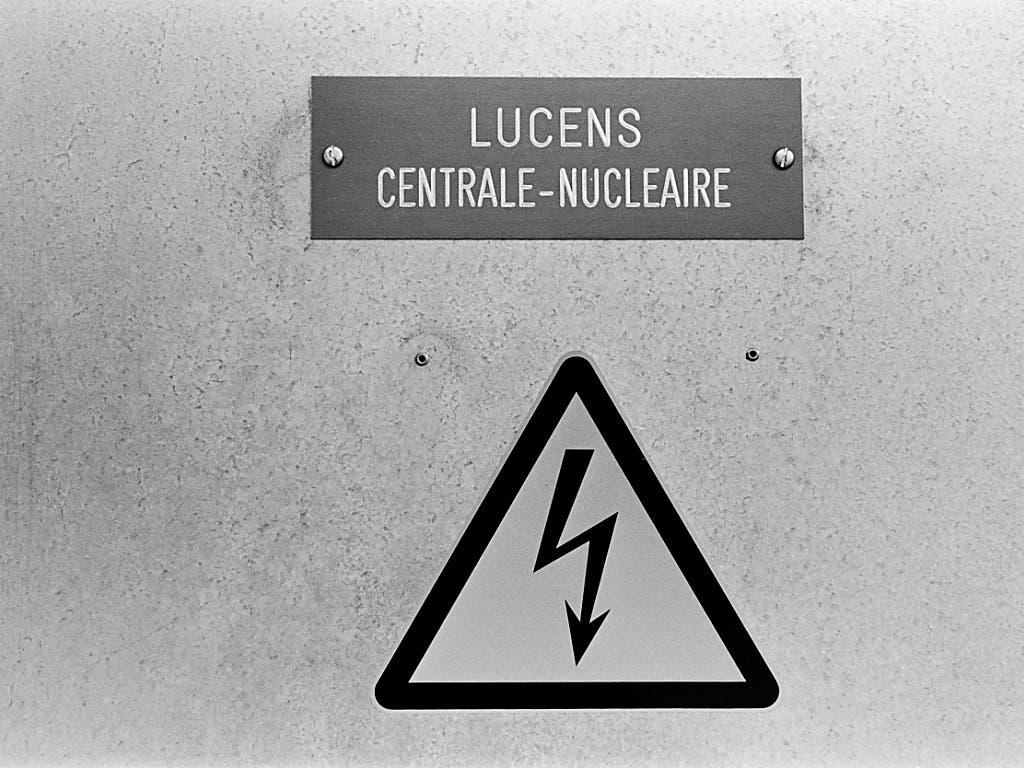 Eine Beschriftung des ehemaligen Versuchsatomkraftwerks Lucens im Kanton Waadt, aufgenommen am 5. Mai 1998. (Bild: KEYSTONE/MARTIN RUETSCHI)