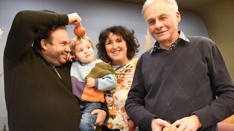 Florian Rexer mit Sohn Oscar, Claudia Niklaus und Heinrich Roth planen eine Tell-Aufführung. (Bild: Rita Kohn)