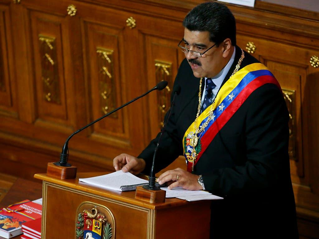 Venezuelas Präsident Nicolás Maduro will trotz Protesten in seinem Land und Kritik aus dem Ausland an seiner Präsidentschaft festhalten. (Bild: KEYSTONE/AP/ARIANA CUBILLOS)