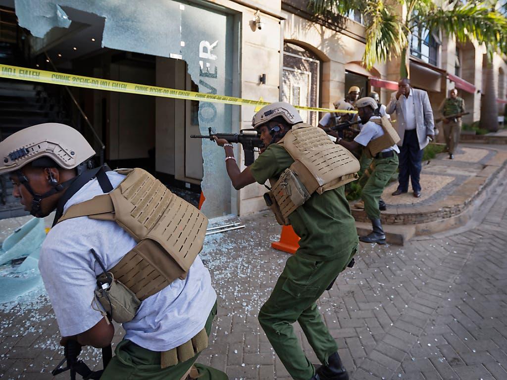 Sicherheitskräfte haben am Dienstag in Kenia das Gebiet um ein Luxushotel, auf das ein Anschlag verübt wurde, weiträumig abgesperrt. (Bild: KEYSTONE/AP/BEN CURTIS)