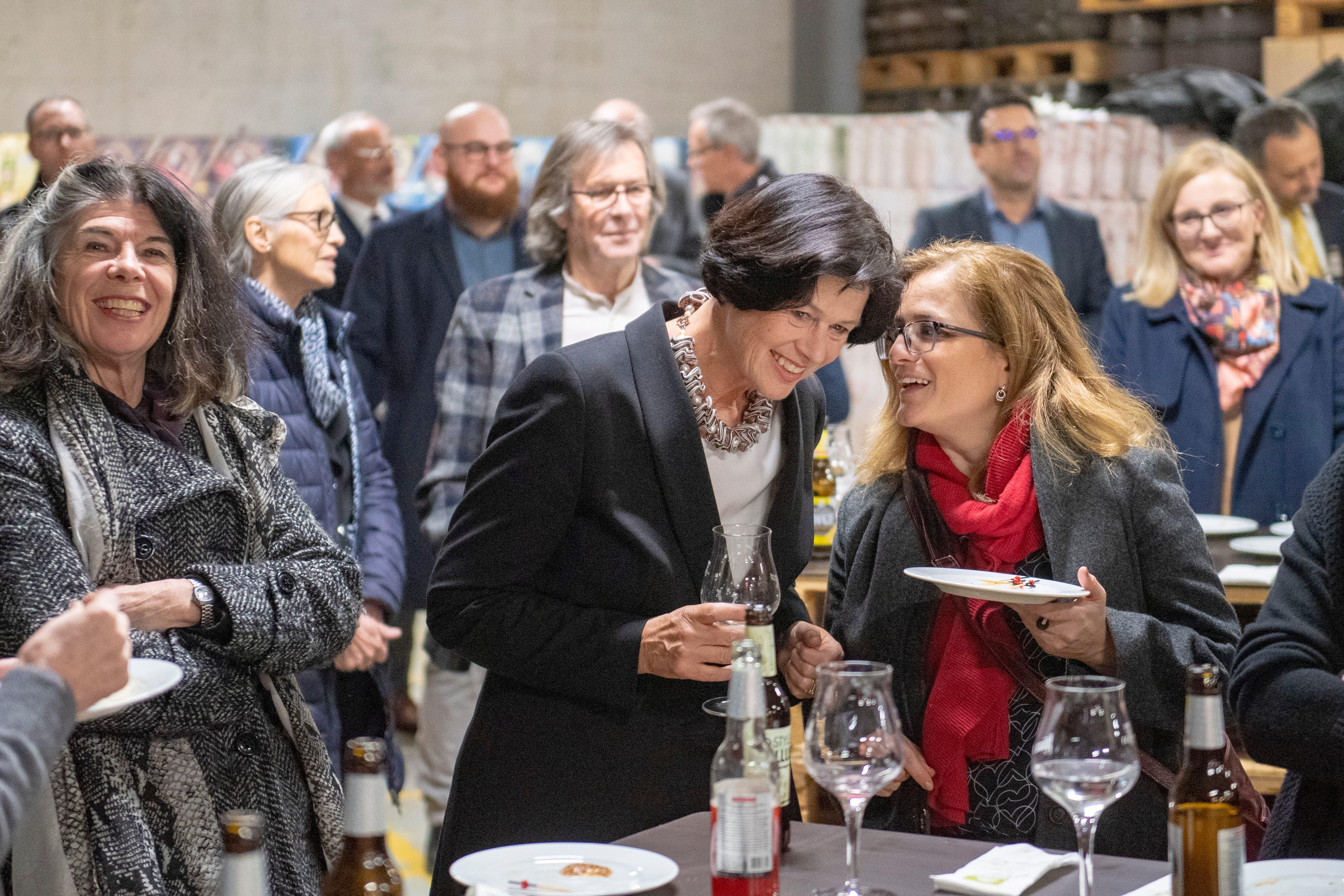 Stadträtin Maria Pappa (rechts) gratuliert Barbara Frei. (Bild: Urs Bucher, 15. Januar 2019)