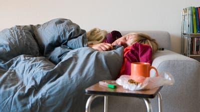 Bettruhe, Tee, Medikamente und viel Geduld – etwas anderes hilft kaum gegen die Grippe. (Bild: Keystone)