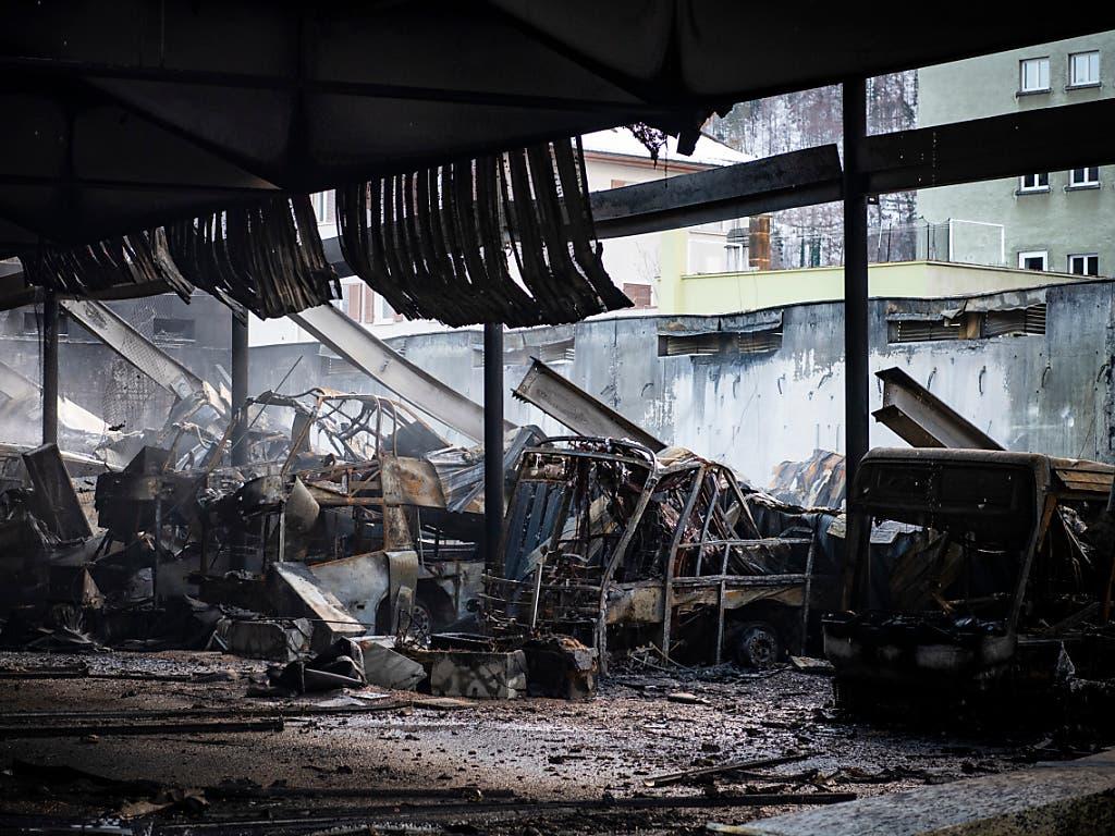 Blick auf zerstörte Fahrzeuge der Postauto AG in Chur. 20 Postautos fielen den Flammen zum Opfer. Der Schaden allein an den Fahrzeugen beträgt 7,5 Millionen Franken. (Bild: KEYSTONE/GIAN EHRENZELLER)