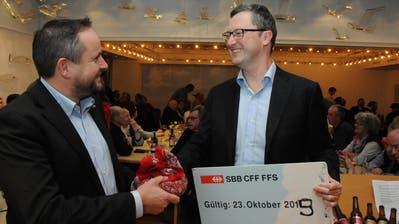 Markus Walker (links) gratuliert Peter Keller. Dieser brachte sein 2011 von der Partei erhaltenes Riesen-Zugbillett nach Bern mit. Vor vier Jahren hat er aus der letzten Zahl eine «5» und nun selbstbewusst eine «9» für 2019 daraus gemacht. (Bild: Oliver Mattmann (Hergiswil, 16. Januar 2019))