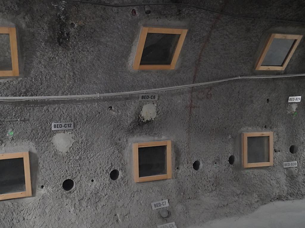 Blick in das Felslabor Mont Terri bei St. Ursanne: Forschende untersuchen dort die Option, CO2 im Untergrund zu speichern. Dort wird in einem Bohrloch mit CO2 gesättigtem Salzwasser untersucht, wie sich das gelagerte CO2 im Fels verhält und was die Risiken sind. (Bild: Keystone/ADRIAN REUSSER)