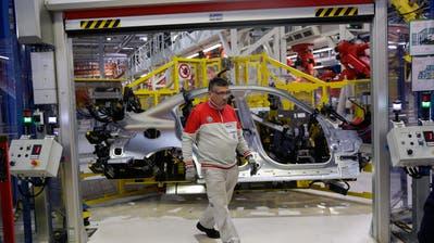 Der Fiat-Chrysler-Konzern hat den Trend zu Elektromobilität verschlafen. Im Bild ein Mitarbeiter im Alfa-Romeo-Montagewerk im italienischen Cassino. (Bild: Matthew Iloyd/Bloomberg (24. November 2016)