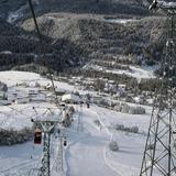 Scuols Skigebiet im Winter 1999: Nicht alle Bahnen überstanden den «Lawinenwinter» unbeschadet. Ein Skilift wurde durch einen Lawinenabgang zerstört. (Archivbild:Foto Taisch, Scuol)