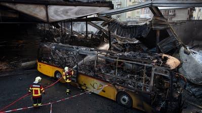 Brand in Churer Postauto-Depot: Rund 20 Fahrzeuge beschädigt – Polizei setzt Krisenstab ein