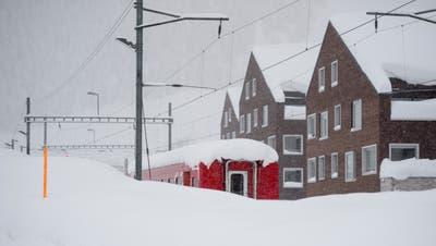 Ein Zug steht im Bahnhof von Andermatt waehrend den heftigen Schneefaellen am Sonntag, 13. Januar 2019, im Kanton Uri. In weiten Teilen der Schweiz sind zur Zeit heftige Schneefaelle in Gange. (KEYSTONE/Urs Flueeler)