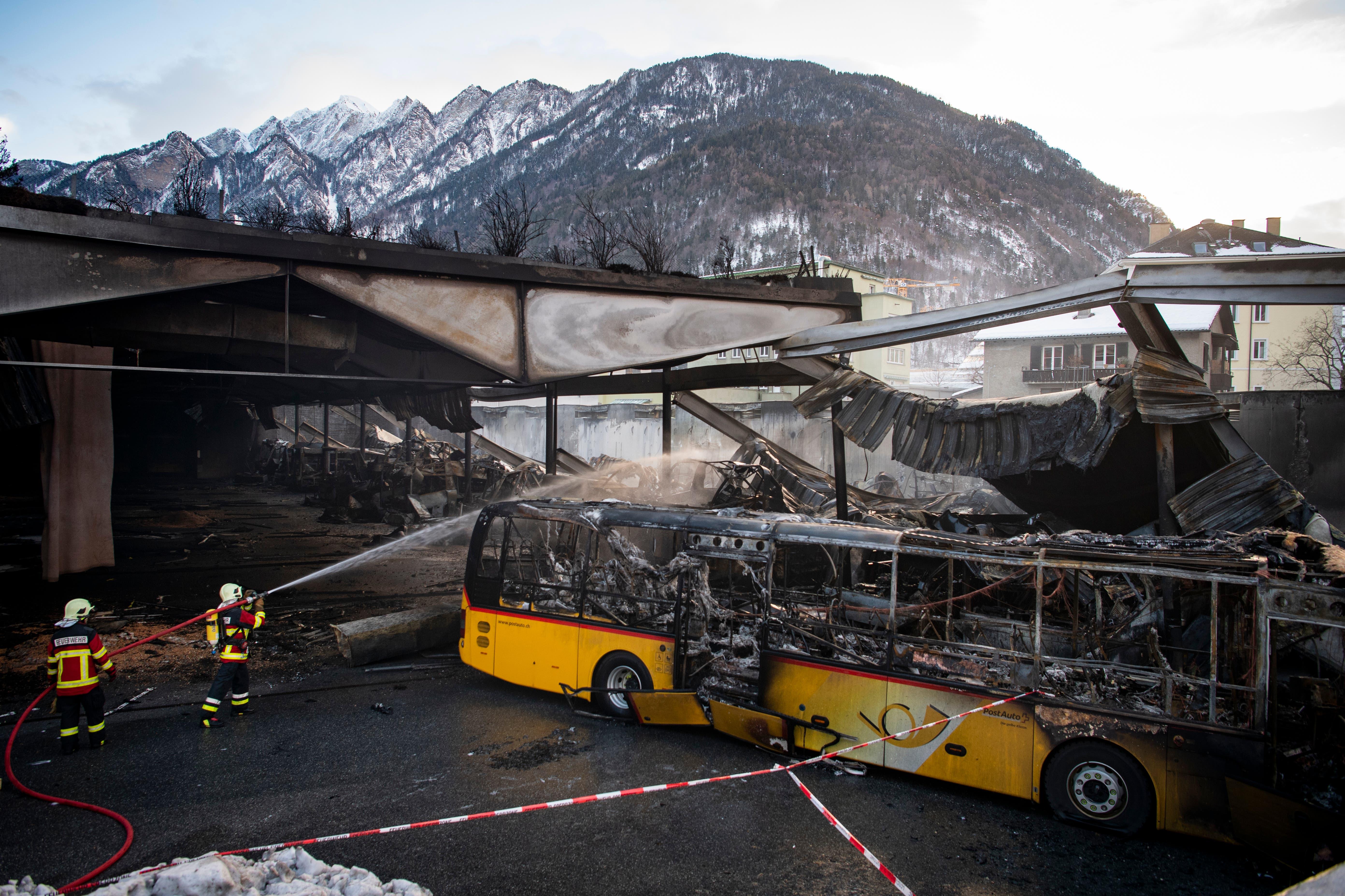 Ein Bild der ZerstörungBeim Brand kamen laut Polizei keine Personen zu Schaden. (KEYSTONE/Gian Ehrenzeller, 17.1.2019)